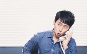 電話で尋ねる男性