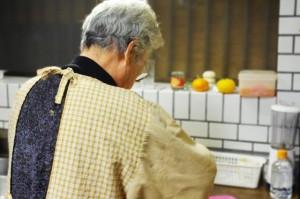 台所にたつおばあさん