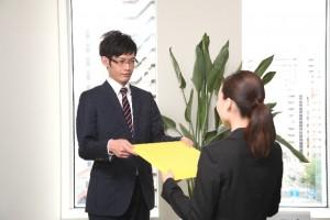 書類を渡す男性