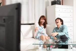 テレビを見て笑う人